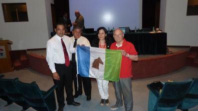 Don Omar (derecha) recibiendo la bandera de la ciudad de Tostado, en el 1° Congreso Internacional de Prevención del Delito Automotor